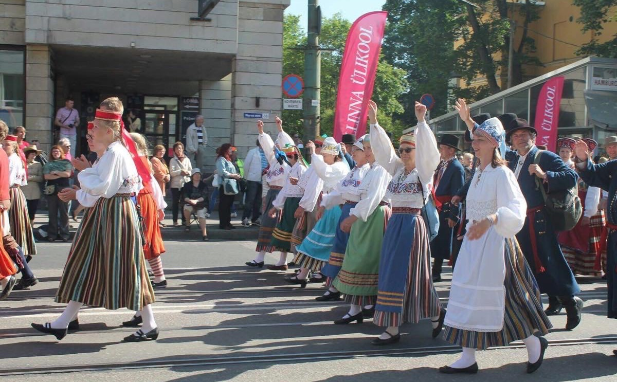 行進するエストニア人