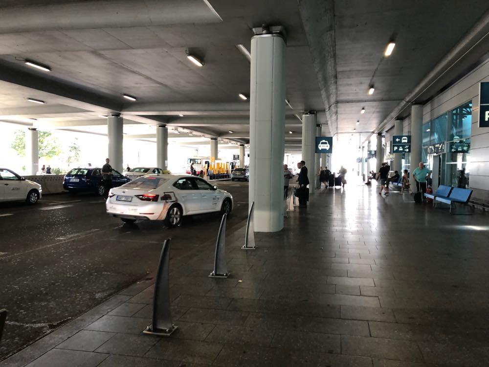 プラハ空港の外