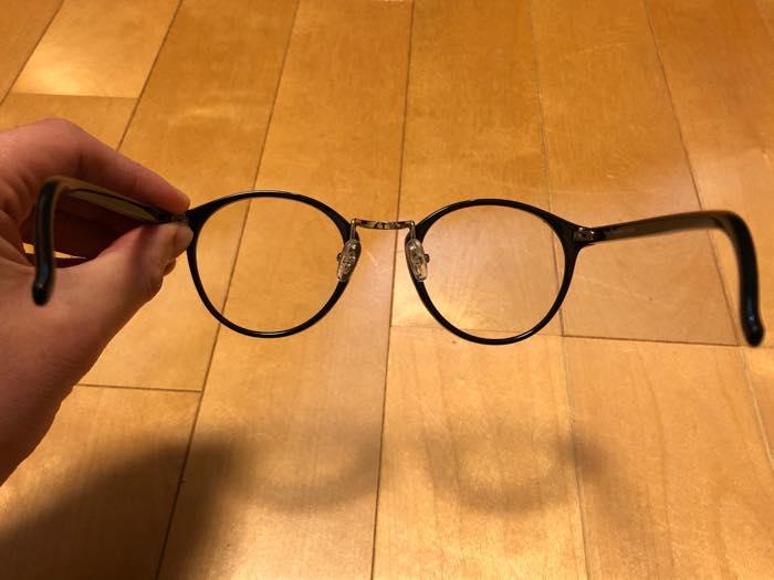 メガネの後ろ